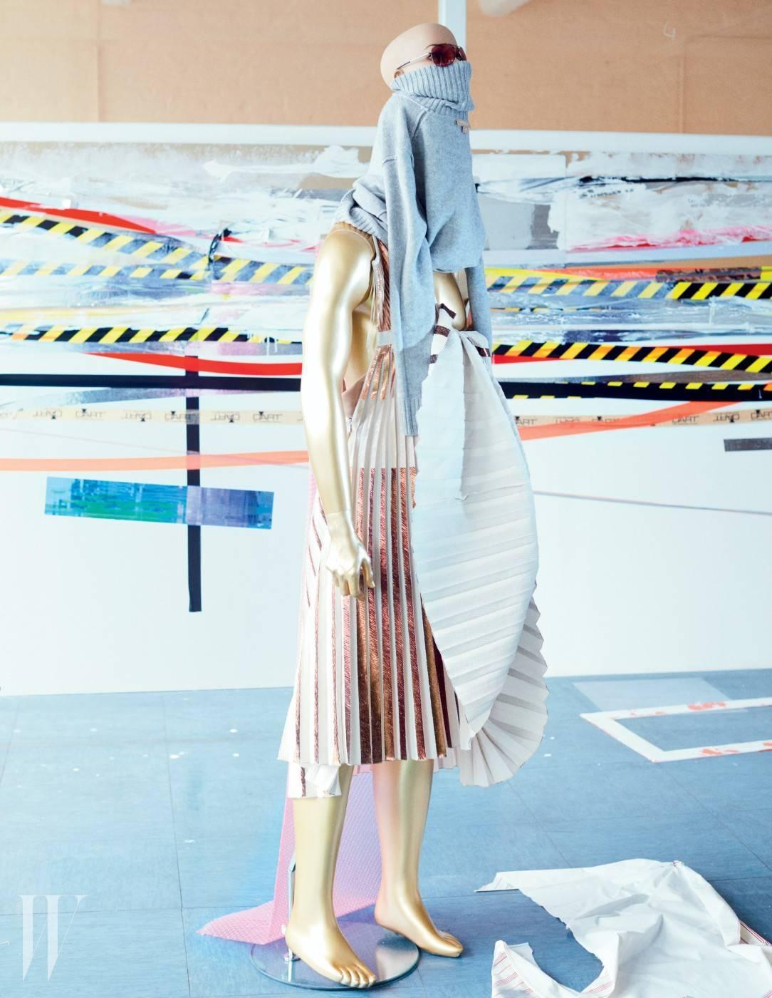 터틀넥은 마이클 코어스 컬렉션, 드레스는 프로엔자 스쿨러 제품, 선글라스는 작가 소장품.