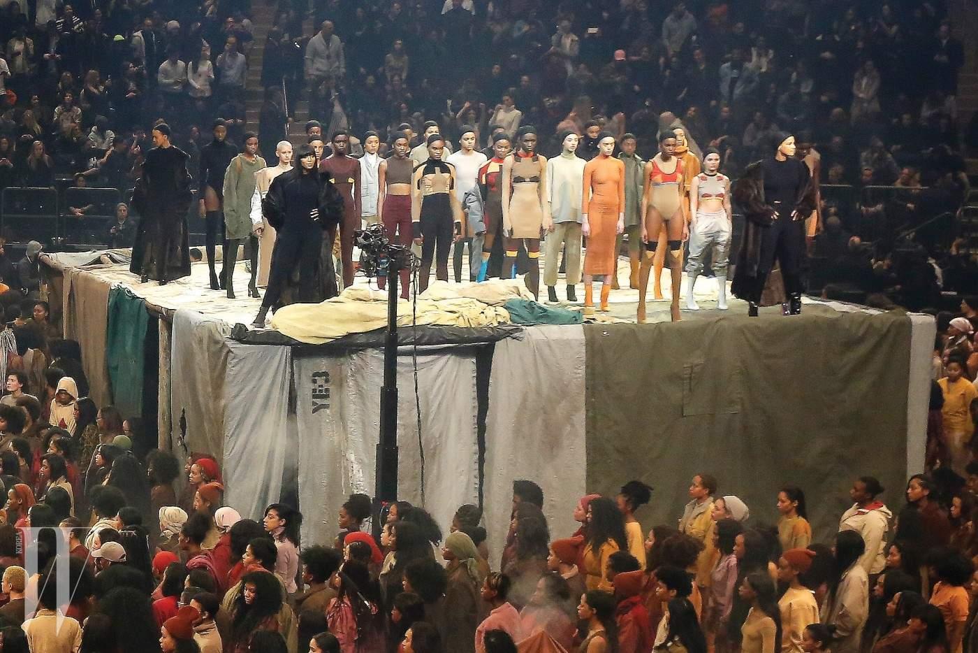 2016년 2월 뉴욕 매디슨 스퀘어 가든에서 열린 카니예 웨스트의 이지 시즌3 쇼.