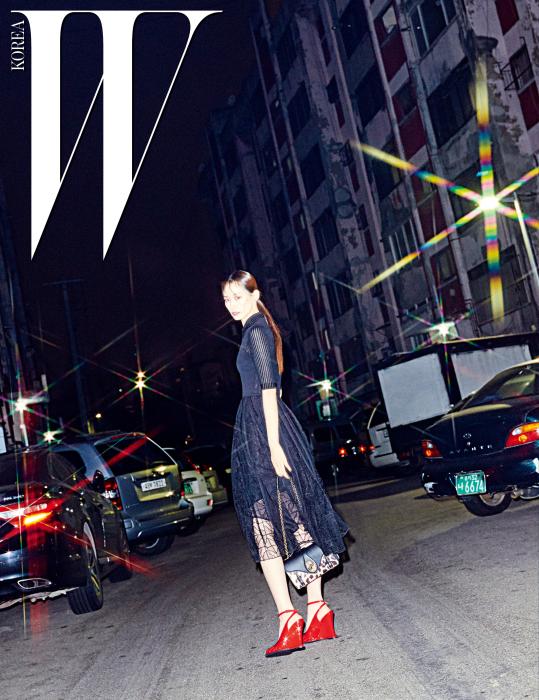 검은색 시스루 드레스와 페이턴트 소재의 스트랩 슈즈, 호피 무늬 숄더백은 모두 Bottega Veneta 제품.