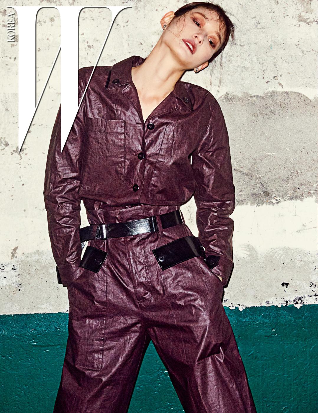가죽 소재의 셔츠와 핏이 넓은 팬츠는 Bottega Veneta 제품.