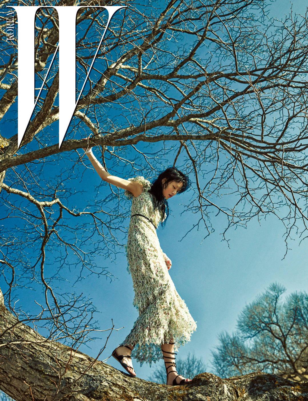 걸을 때마다 흩날리는 섬세한 레이스와 러플 소매가 특징인 드레스는 Giambattista Valli의 S/S 컬렉션, 글래디에이터 플랫 샌들은 모두 Giambattista Valli 제품.