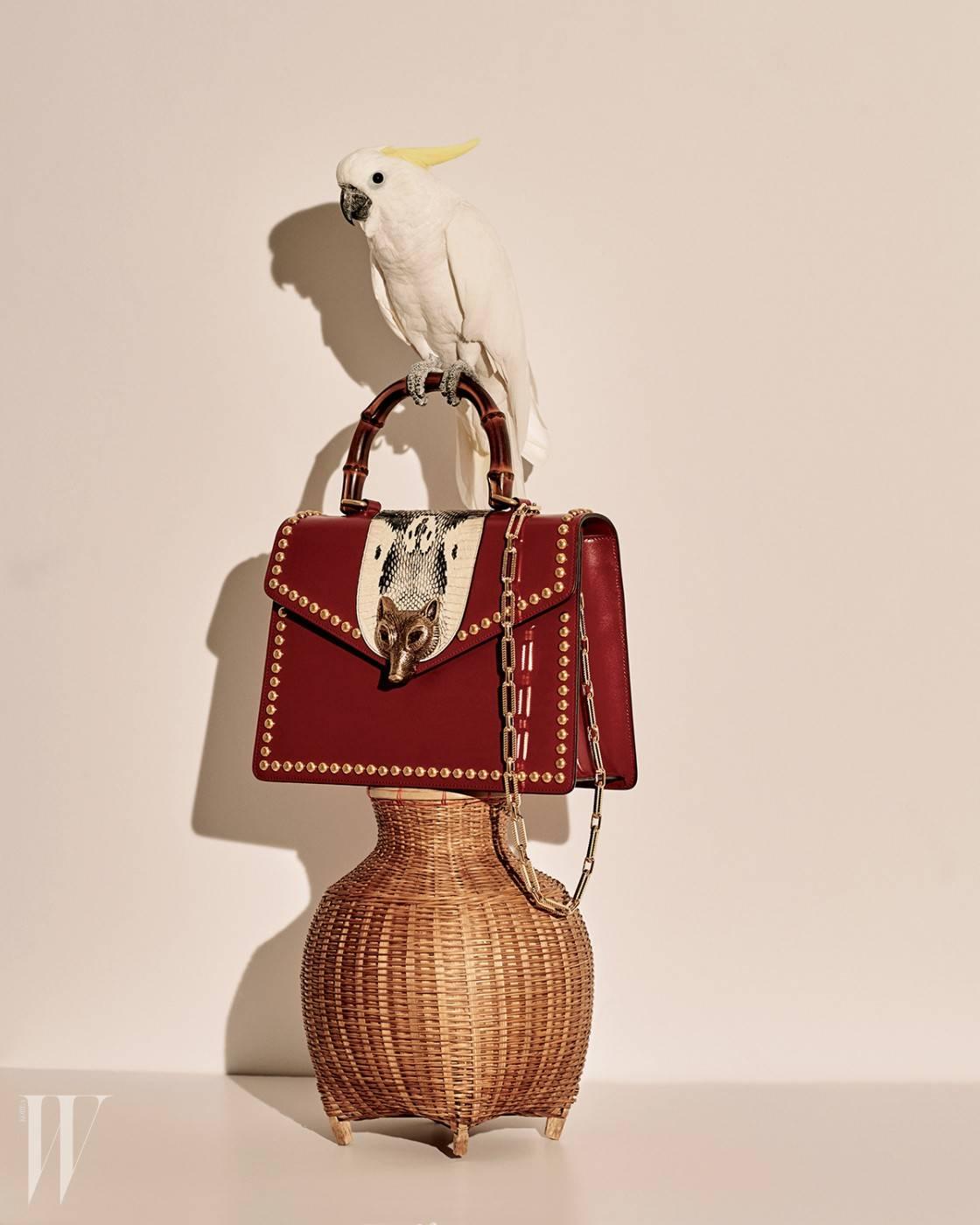 여우 얼굴 모양의 재치 있는 버클이 장식된 뱀부 백은 구찌 제품. 5백70만원대.