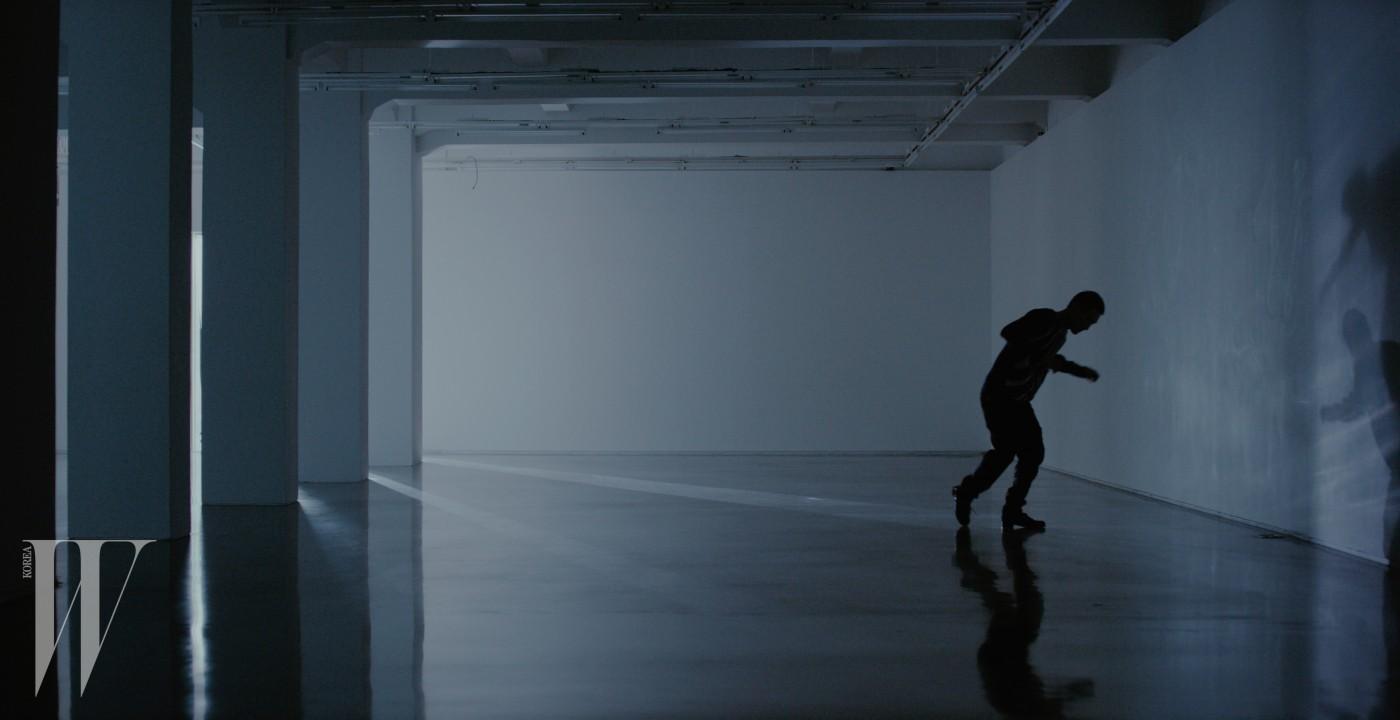 검은색 톱과 팬츠는 루이 비통 제품. 가격 미정. 검정색 클리퍼는 루이 비통 제품. 1백30만원대.