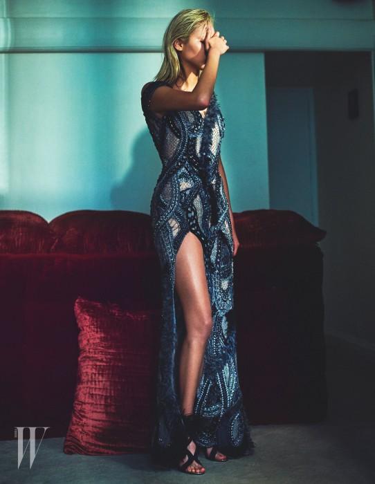 레이스와 깃털, 비즈 장식을 정교하게 엮은 푸른색 드레스는 Atelier Versace Haute Couture 제품.
