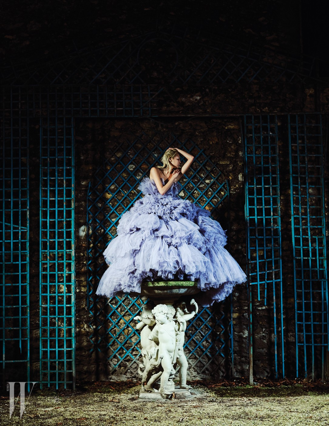 라벤더 컬러의 풍성한 샤 드레스는 Giambattista Valli Haute Couture 제품.