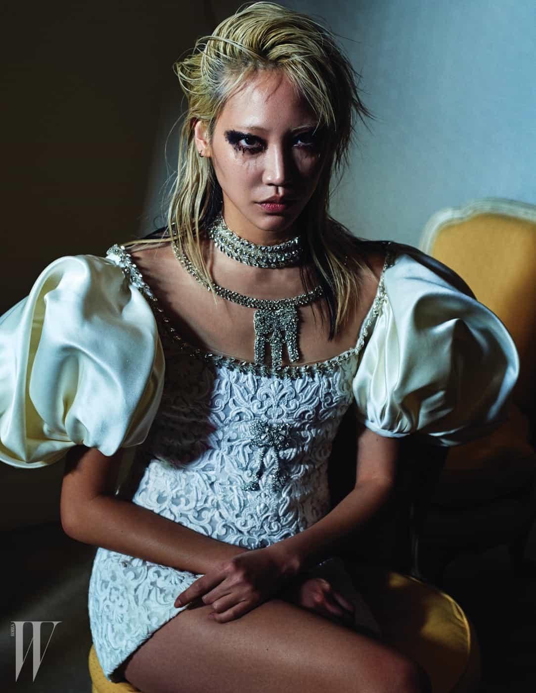 로맨틱한 하얀색 레이스 자수 미니 드레스는 Giambattista Valli Haute Couture 제품.