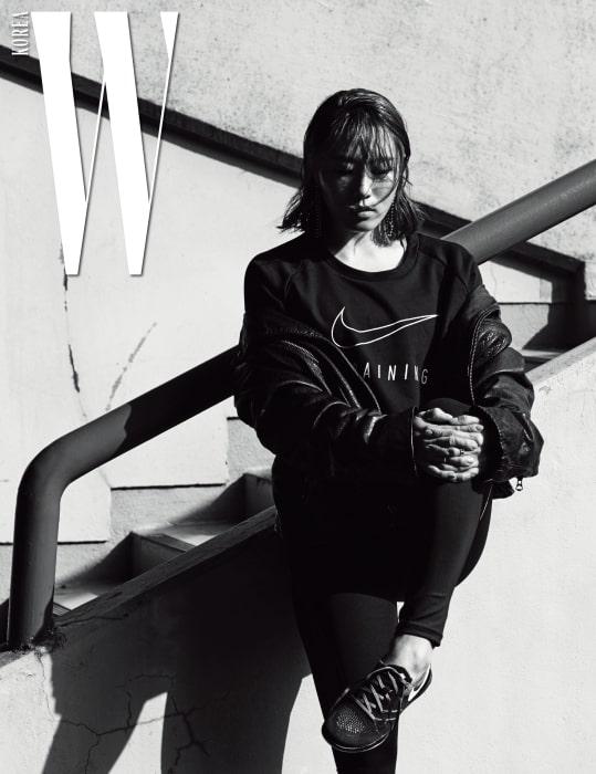 이상화가 입은 크롭트 톱과 타이츠, 트레이닝화는 모두 Nike, 바이커 재킷은 Levi's, 귀고리는 Numbering Seoul 제품.