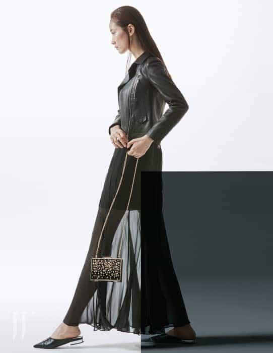 별처럼 흩뿌려진 스터드 장식이 아름다운 멀티스터드 미노디에르(Multistuds Minaudiere) 이브닝 백, 베이식한 디자인의 검정 바이커 재킷, 시폰 소재의 이브닝드레스는 모두 Karl Lagerfeld 제품.