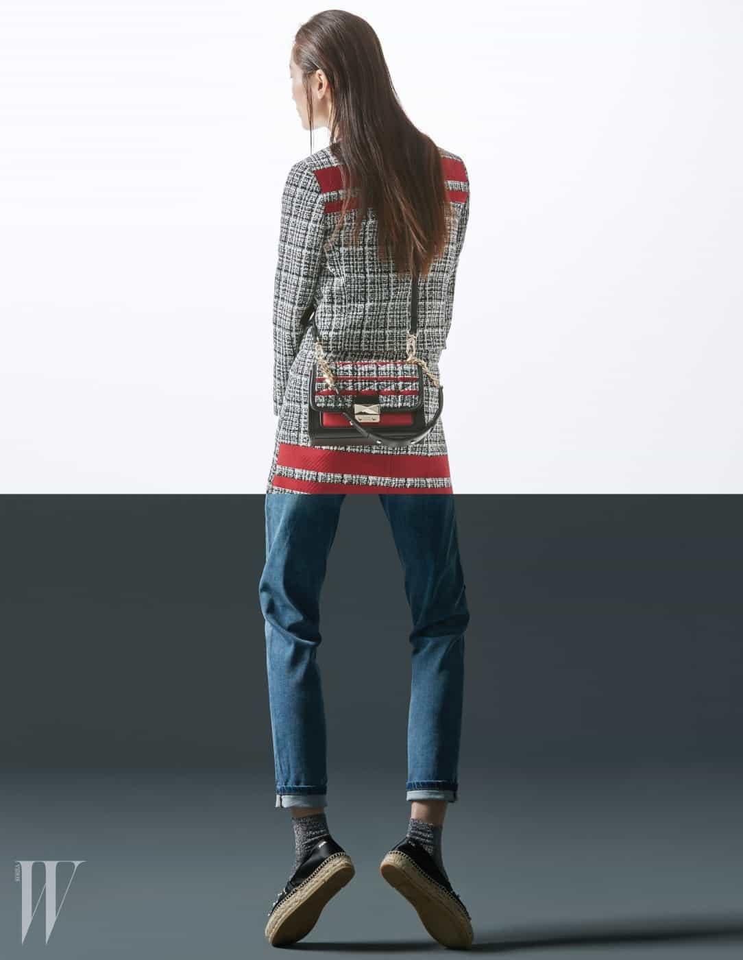숄더백 겸 크로스백으로 활용할 수 있는 킬티드 트위드 미니 핸드백(Kuilted Tweed Mini Handbag), 트위드 소재의 칼라리스 재킷과 미니스커트, 보이프렌드 피트 진, 에스파드리유 슈즈는 모두 Karl Lagerfeld 제품.