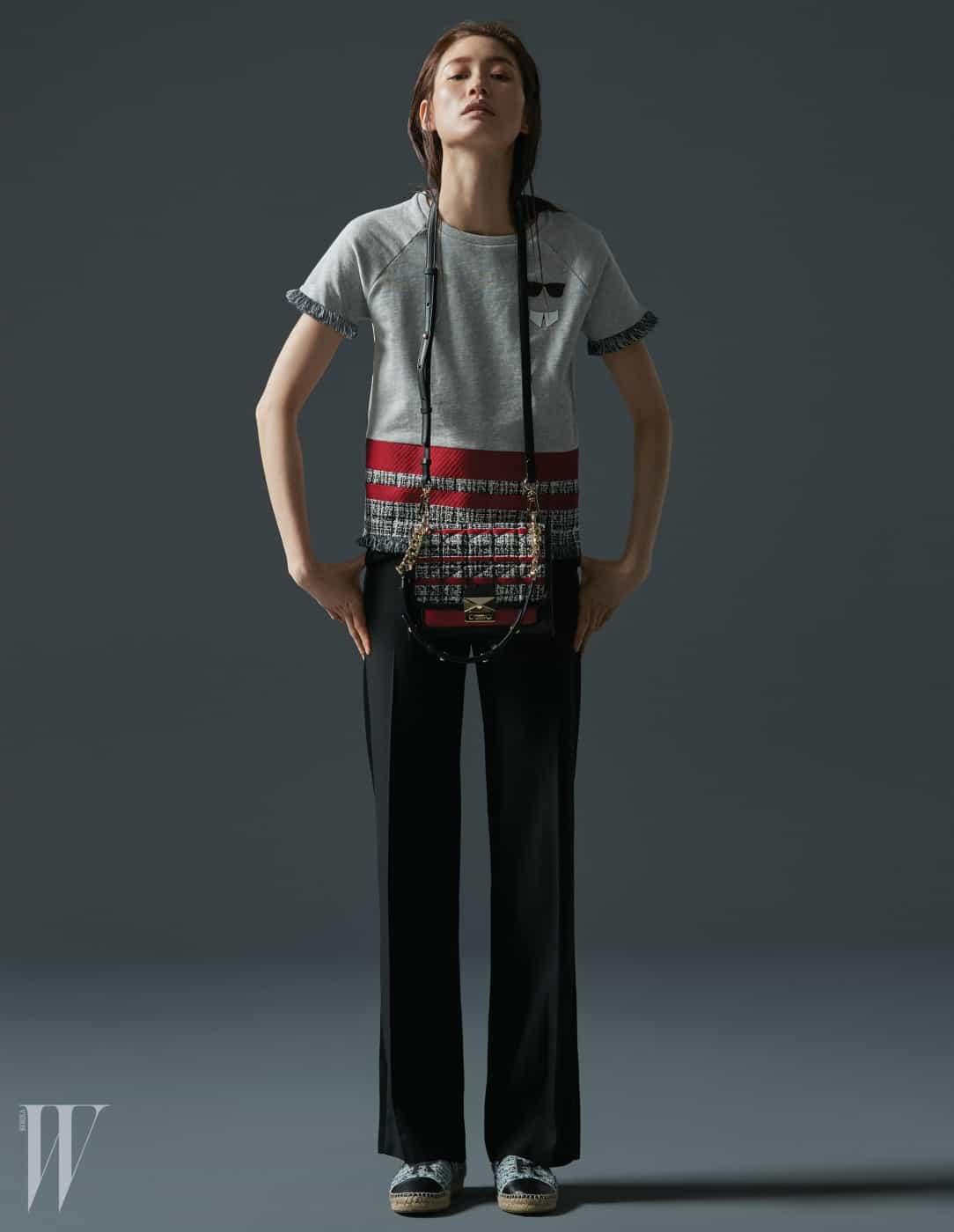 트위드 소재를 매치한 티셔츠, 검정 팬츠, 로고 장식 에스파드리유, 산뜻한 색상의 킬티드 트위드 미니 핸드백 (Kuilted Tweed Mini Handbag)은 모두 Karl Lagerfeld 제품.