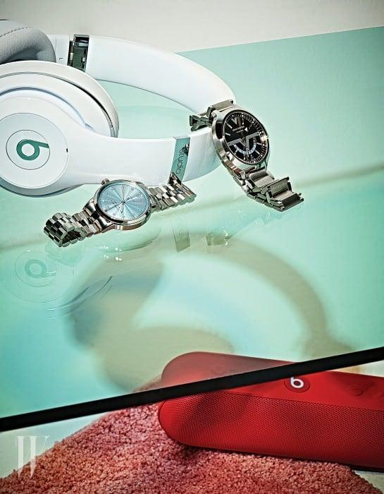 왼쪽 | 역동적인 뉴욕의 모던 라이프를 투영하는 깔끔한 디자인과 아이스 블루 다이얼, 다이아몬드 세팅 인덱스, 셀프와인딩 기계식 무브먼트를 갖춘 티파니 CT60™워치는 티파니앤코(Tiffany&Co.) 제품. 오른쪽 | 폴리싱과 브러싱 가공한 스테인리스 스틸 소재에 투명 백케이스, GMT 기능이 탑재된 트렌디한 여행 워치인 보야제 GMT 41.5 워치는 루이 비통(Louis Vuitton) 제품. 모던한 디자인의 무선 헤드폰인 비츠 스튜디오 와이어리스 오버 이어 헤드폰은 비츠 by 닥터드레 제품.