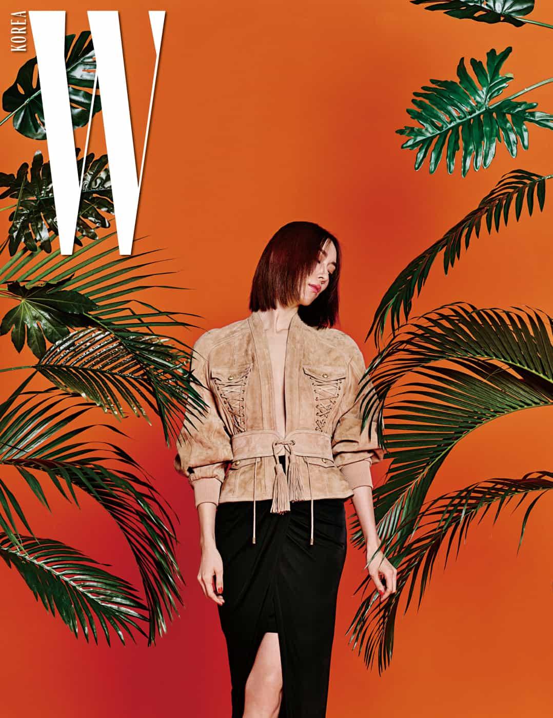 지현정이 착용한 레이스업 디테일의 스웨이드 재킷과 태슬 장식 벨트, 랩스커트는 모두 Balmain 제품.
