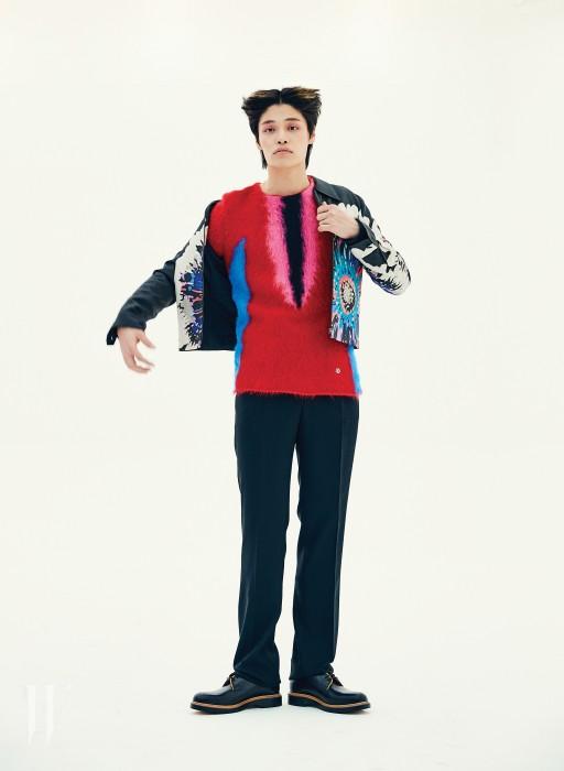 꽃무늬가 돋보이는 실크 재킷은 김서룡 제품. 가격 미정. 니트 톱은 루이 비통 제품. 가격 미정. 테일러드 팬츠는 버버리 제품. 가격 미정. 슈즈는 베르사체 제품. 가격 미정.