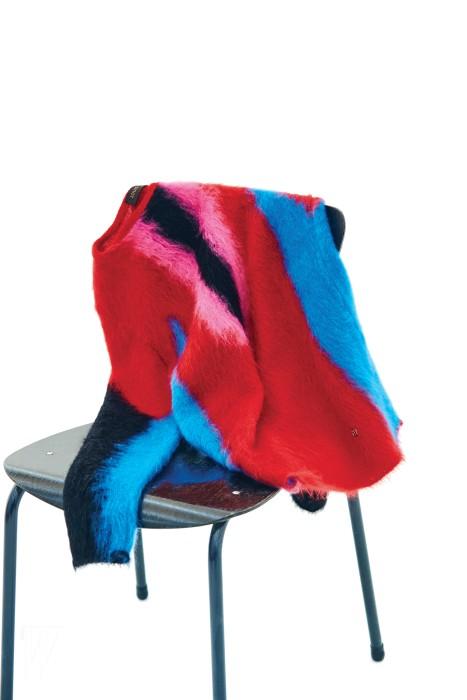 화려한 색감이 살아 있는 니트 톱은 루이 비통 제품. 가격 미정.