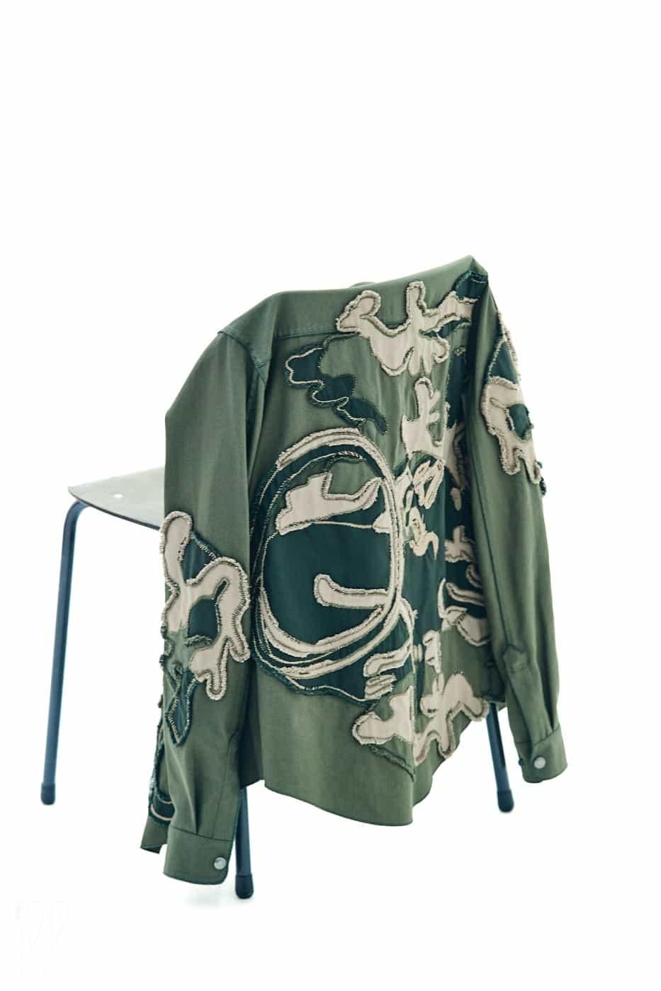 입체적인 패치워크 장식의 셔츠는 발렌티노 제품. 가격 미정.