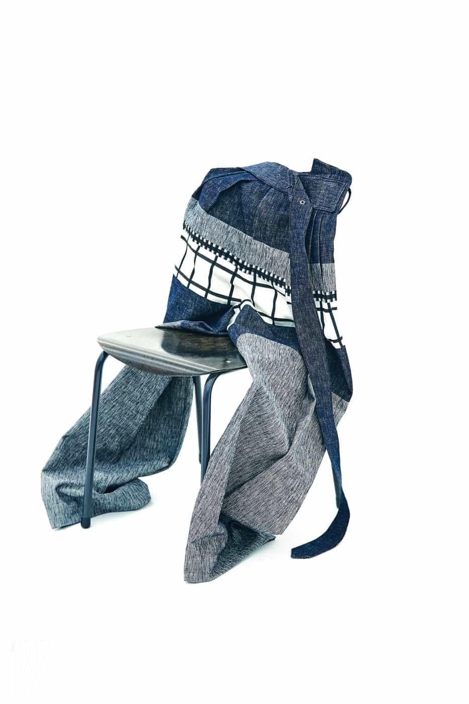 통 넓은 격자무늬 데님 팬츠는 우영미 제품. 가격 미정.