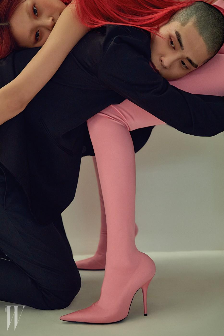 정호연이 입은 네온 핑크 컬러 레깅스 부츠는 발렌시아가 제품. 가격 미정. 서하가 입은 검정 재킷은 로에베 제품. 2백40만원대, 검정 팬츠는 루이 비통 제품. 가격 미정.