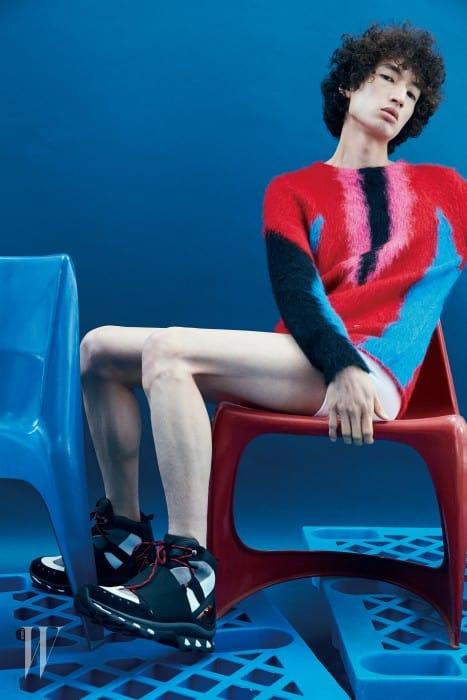 구조적인 디자인의 스니커즈는 지방시 제품. 가격 미정. 컬러 조합이 아름다운 앙고라 니트는 루이 비통 제품. 가격 미정.