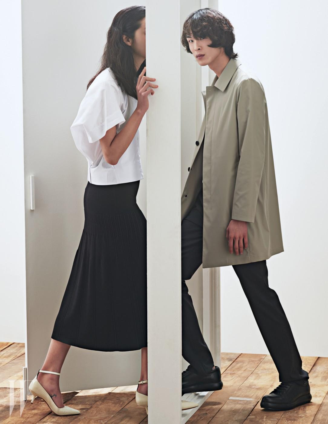 강소영이 입은 흰색 블라우스와 검은색 니트 스커트, 앵클 스트랩 힐, 박경진이 입은 재킷과 팬츠, 검은색 가죽 스니커즈는 모두 CK Platinum 제품.