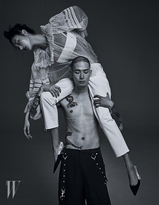 박지혜가 입은 레이스 장식 블라우스, 브라톱, 데님 팬츠, 로고 리본 장식 키튼 힐, 노마한이 입은 팬츠는 모두 Dior 제품.