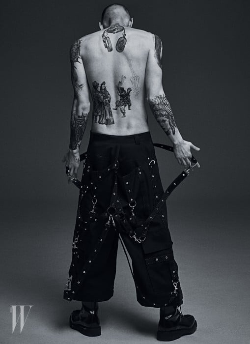 서스펜더 장식 팬츠, 부츠는 Dior 제품.