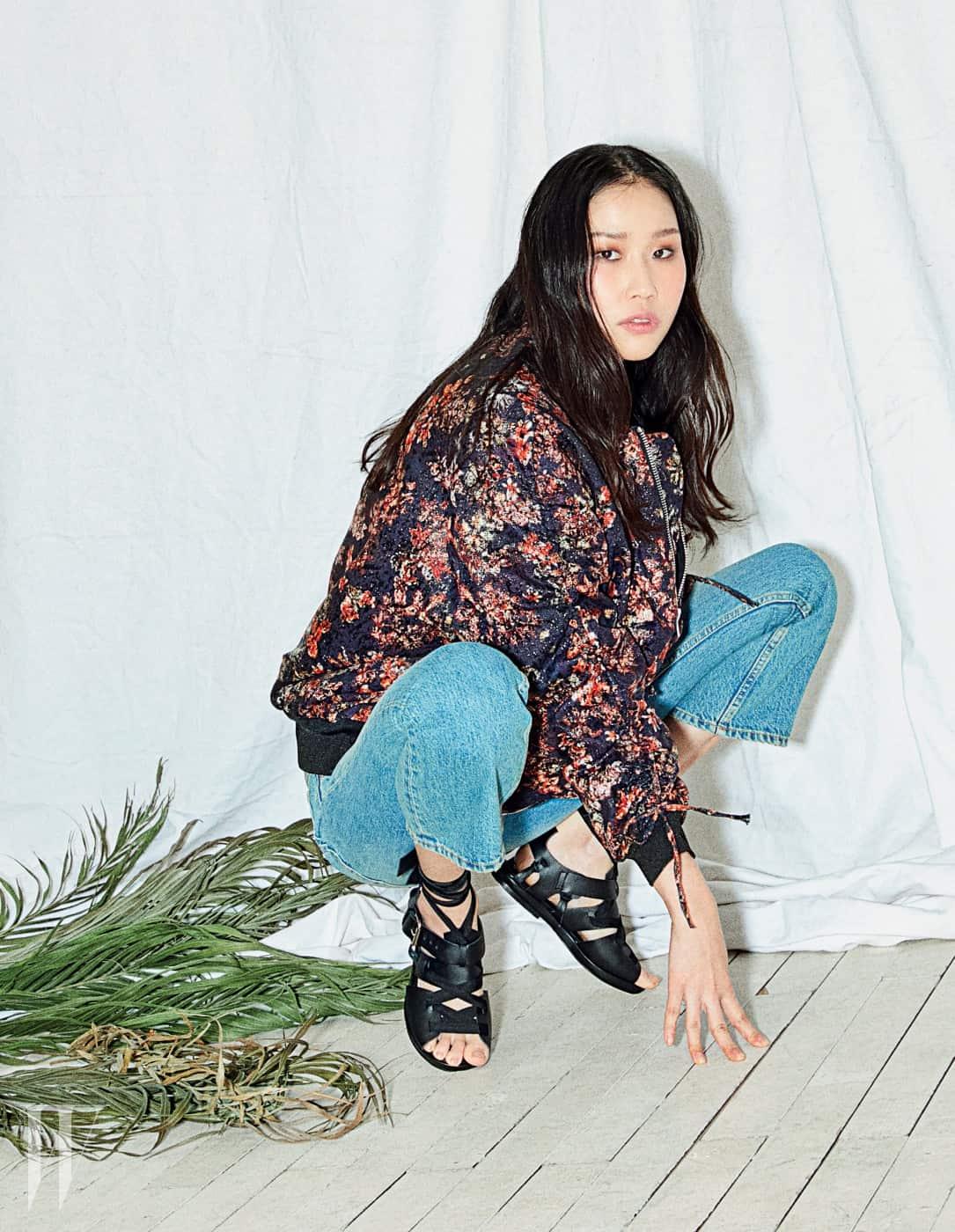 꽃무늬 보머 재킷과 플레어 크롭트 진, 검은색 레이스업 샌들은 모두 IRO 제품.