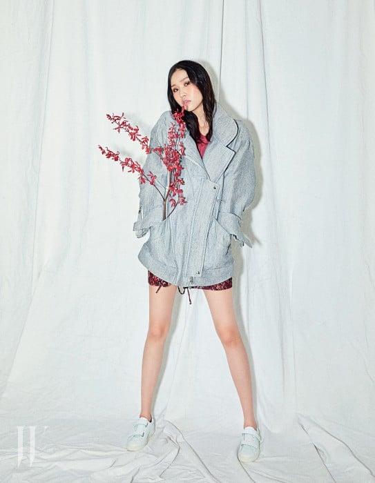 오버사이즈 회색 재킷과 티셔츠, 메탈릭한 꽃무늬 스커트, 흰색 스트랩 스니커즈는 모두 IRO 제품.