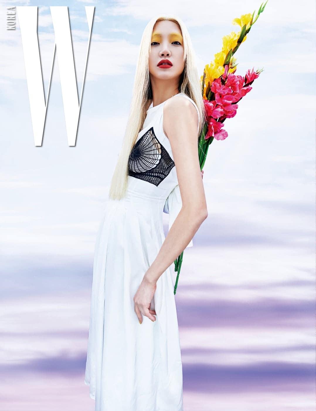 가슴을 강조하는 아티스틱한 터치의 브라 장식 드레스는 Celine 제품.