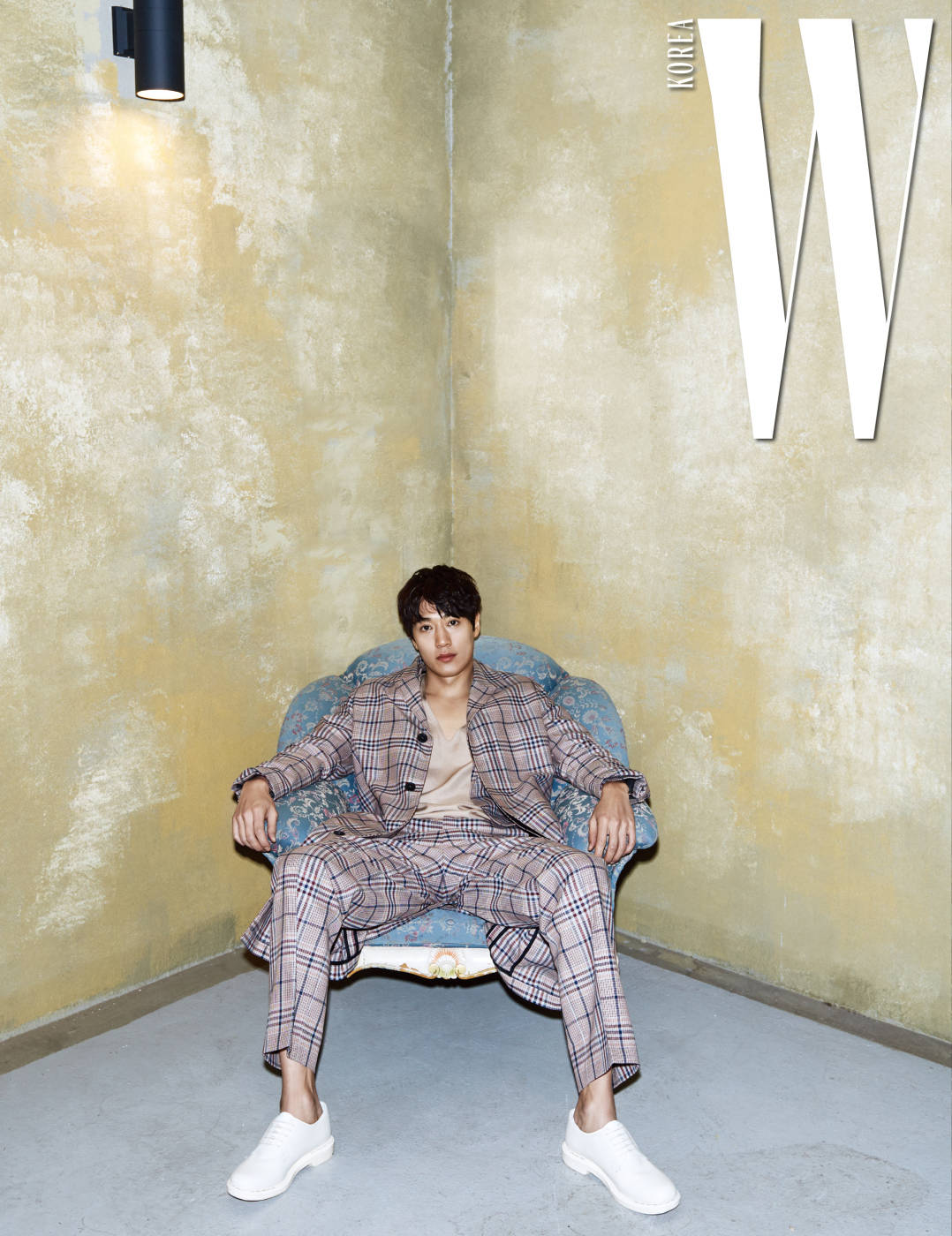촘촘한 체크 패턴 코트와 재킷, 팬츠는 모두 Ami by 10 Corso Como, 실크 소재의 브이넥 슬리브리스는 Kimseoryong, 흰색 슈즈는 Valentino 제품.