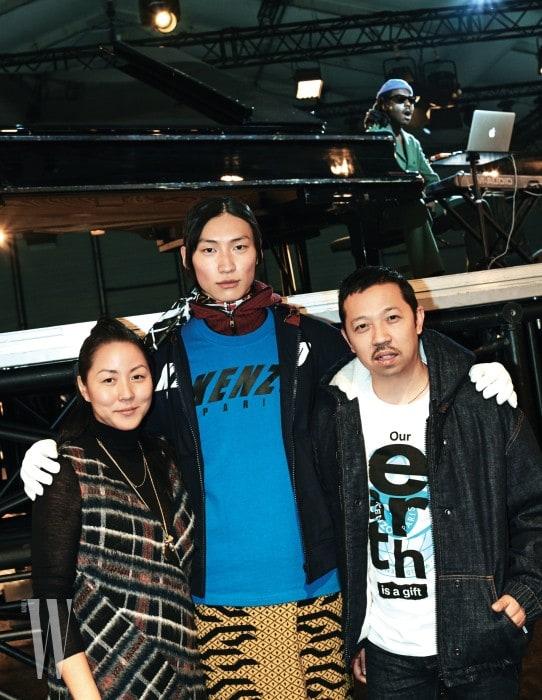 김병우가 입은 파란색 티셔츠, 안에 입은 후드 집업, 스카프, 노란색 그래픽 스커트는 모두 Kenzo 제품.