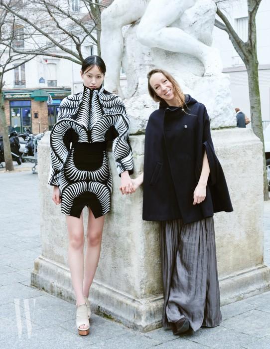 퐁리가 입은 구조적인 3D 프린팅 톱과 스커트, 조형적인 굽의 슈즈는 Iris van Harpen 제품.