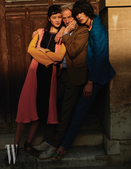퐁리가 입은 컬러 블록 드레스, 줄무늬 에스파드리유 플랫 슈즈, 박경진이 입은 체크 재킷과 안에 입은 피케 셔츠, 팬츠, 체크무늬 에스파드리유 슈즈는 모두 Paul Smith 제품.