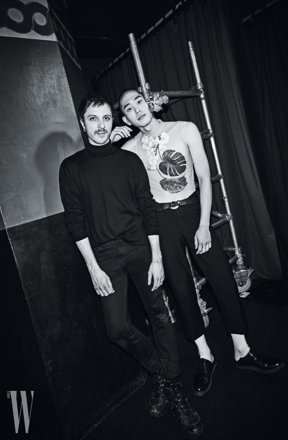 Y PROJECT 글렌 마르탱|디자이너 Photography by JANG DUK HWA 서하가 입고 있는 시스루 플라워 톱과 검은색 크롭트 팬츠와 벨트는 모두 Y Project 제품.
