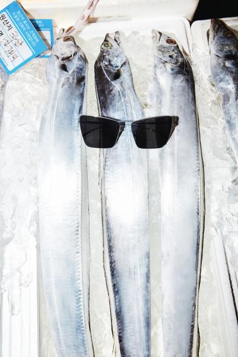 얇고 가느다란 실버 테가 인상적인 선글라스는 메종 마틴 마르지엘라 제품. 가격 미정.