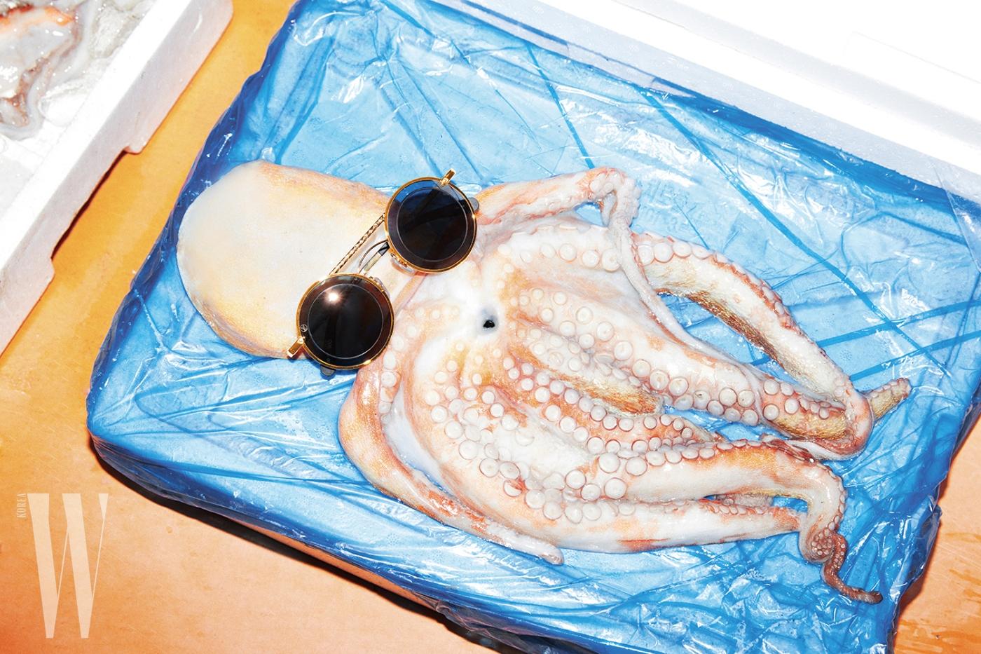 문어와 함께 놓인 동그란 렌즈의 보잉 선글라스는 루이 비통 제품. 73만원.