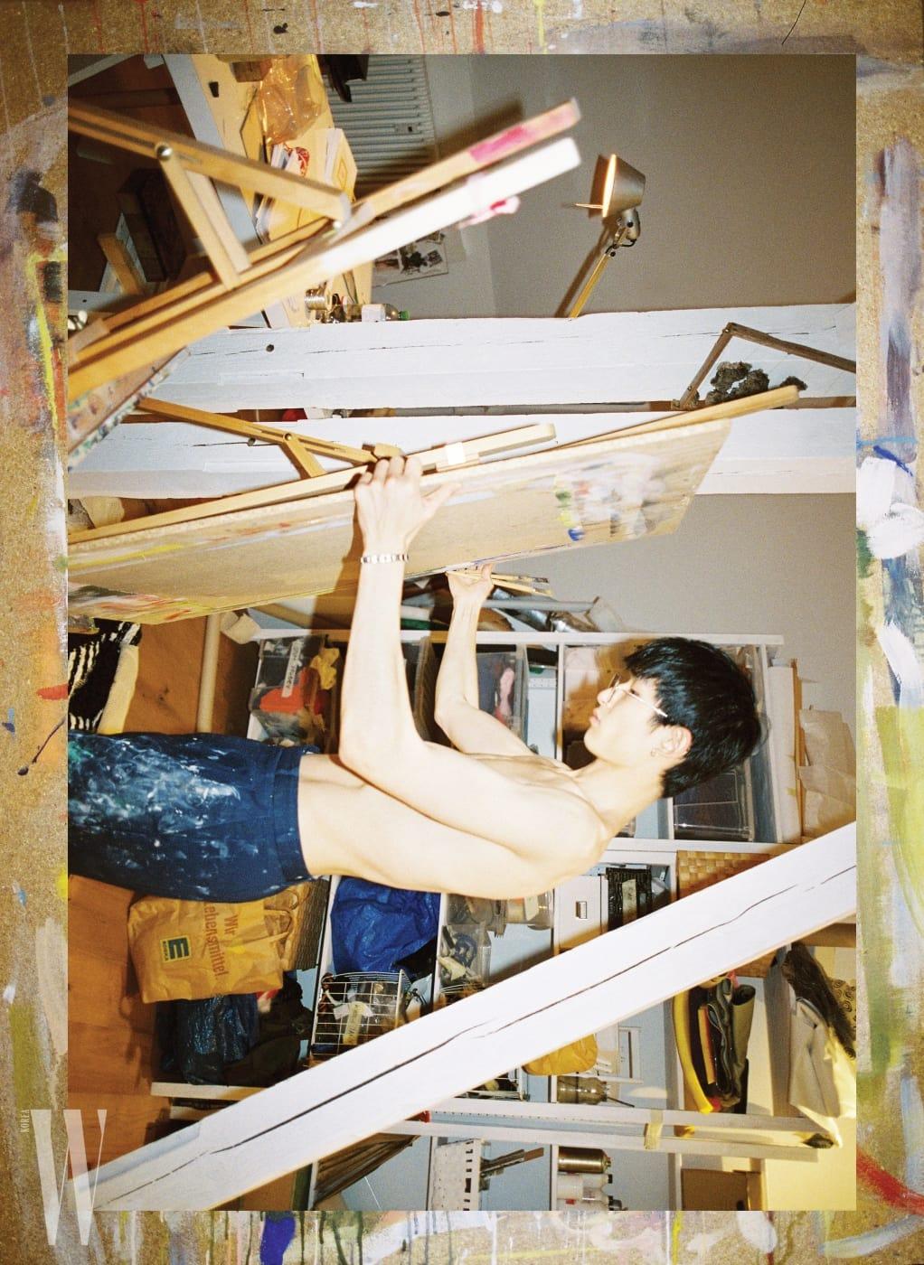 베를린에서의 그룹 전시를 위해 작업하던 공간. 페인트가 잔뜩 묻은 작업복은 개인 소장품. 슈트와