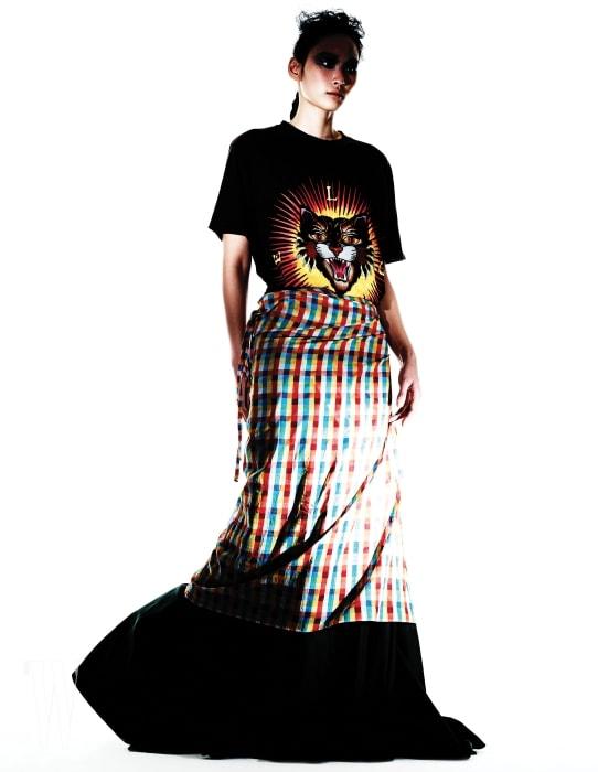 고양이 프린트 티셔츠는 구찌 제품. 70만원대. 체크무늬 랩스커트는 미우미우 제품. 60만원대. 안에 입은 카키색 롱스커트는 보테가 베네타 제품. 가격 미정.