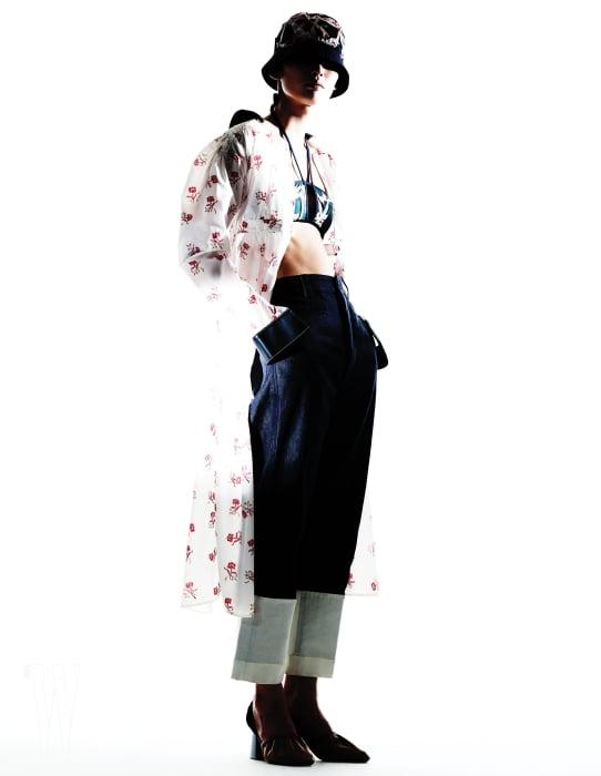 투명한 꽃무늬 아노락 점퍼는 로에베 제품. 가격 미정. 안에 입은 이그조틱 꽃무늬 브라톱과 스포티한 꽃무늬 모자는 몽클레르 제품. 모두 가격 미정. 밑단이 높이 접힌 데님 팬츠는 로에베 제품. 98만원. 글러브 슈즈는 셀린 제품. 가격 미정.