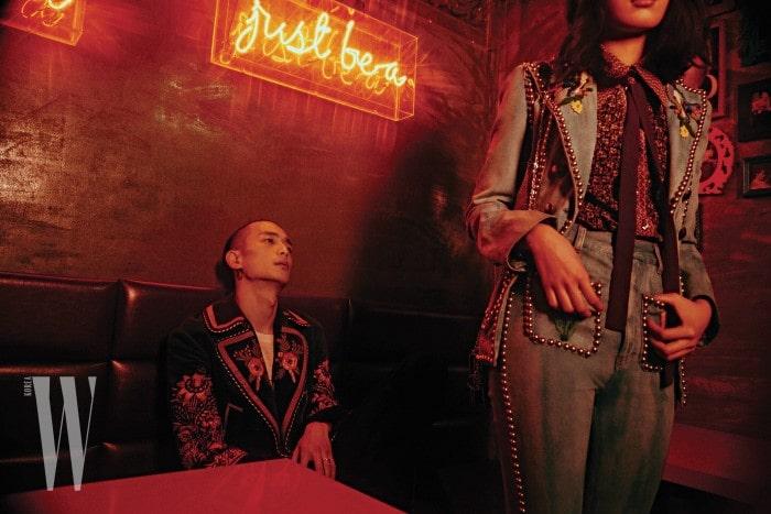 박성진이 입은 자수 장식 코트는 Gucci 제품. 최준영이 입은 장식적인 데님 재킷과 팬츠, 셔츠, 타이는 모두 Gucci 제품.