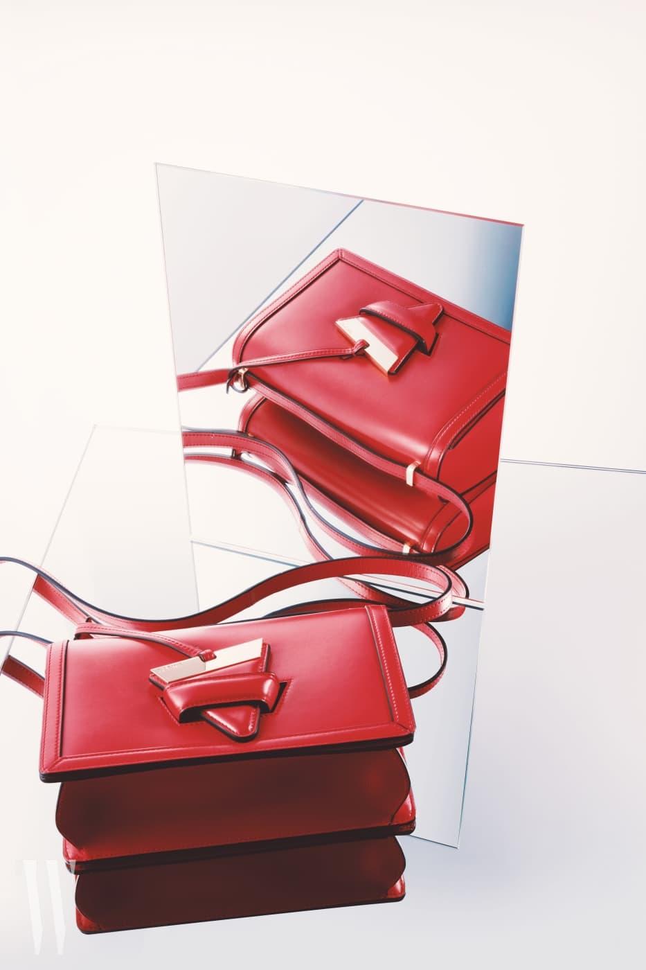 심플한 디자인에 삼각형 모양의 참 잠금장치가 재미있는 백은 로에베 제품. 가격 3백20만원.