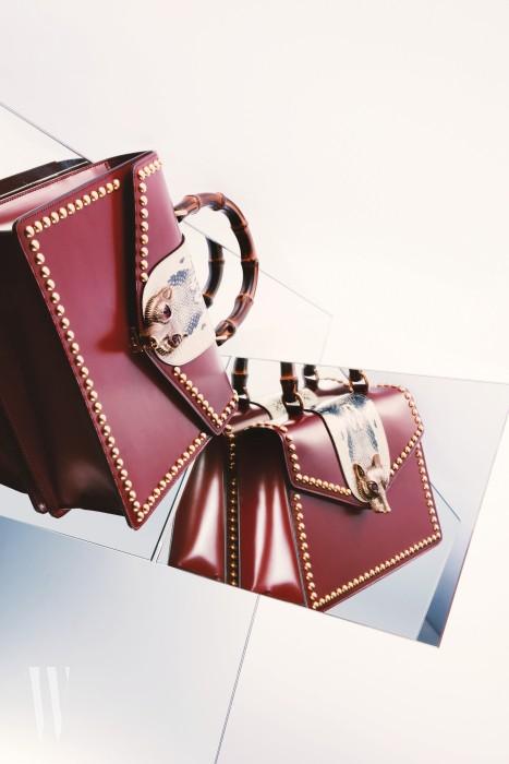 강렬한 붉은색과 버클 장식 여우의 붉은 눈이 조화를 이루는 백은 구찌 제품. 가격 6백10만원.