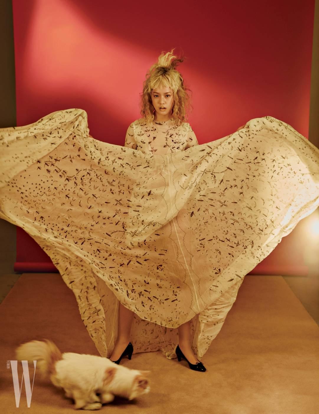 잔잔한 새 프린트 패턴의 드레스는 발렌티노 제품. 가격 미정. 슈즈는 레페토 제품4. 3만8천원.
