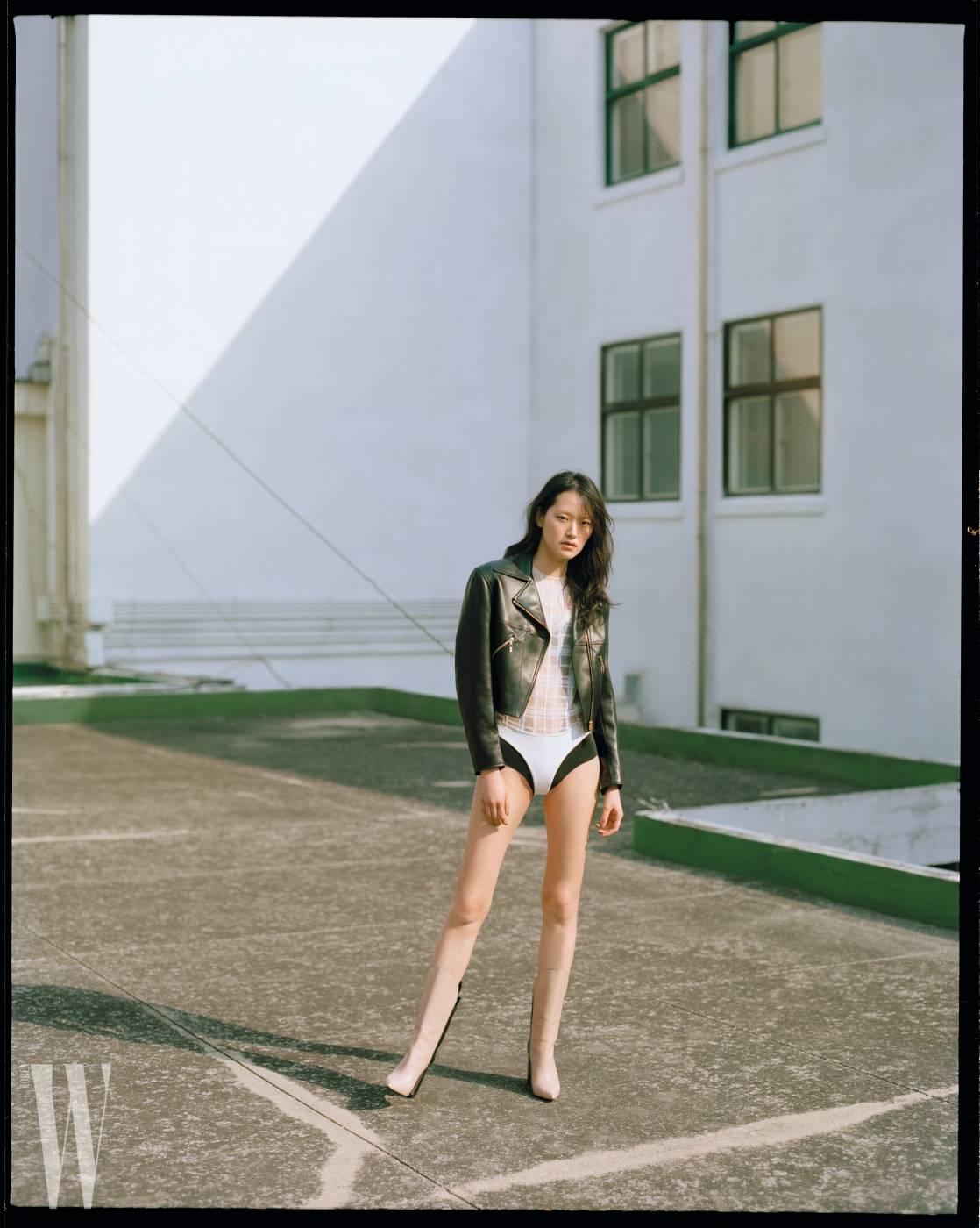 부드러운 가죽 바이커 재킷은 6백60만원, 흰색 시스루 보디슈트는 3백60만원, 앵클부츠는 가격 미정. 모두 루이 비통 제품.
