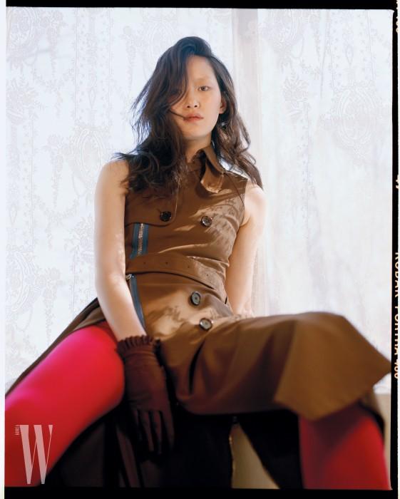 지퍼와 단추 장식의 슬리브리스 코트는 지방시 제품. 가격 미정.