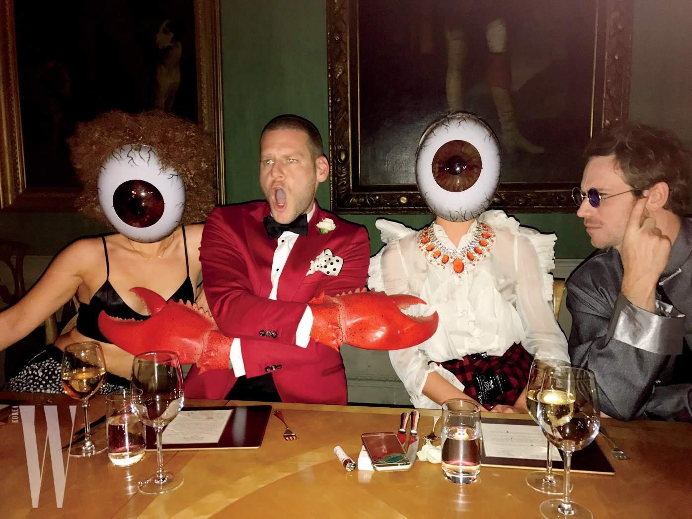 """1. """"영국의 시골 지역에서 주관한 별난 디너에서는 제가 뉴욕에서 가져온 마스크와 소품이 빛을 발했죠. 가운데 앉아 있는 사진가 딜런 던(Dylan Don)은 살바도르 달리의 그림처럼 보였어요."""""""