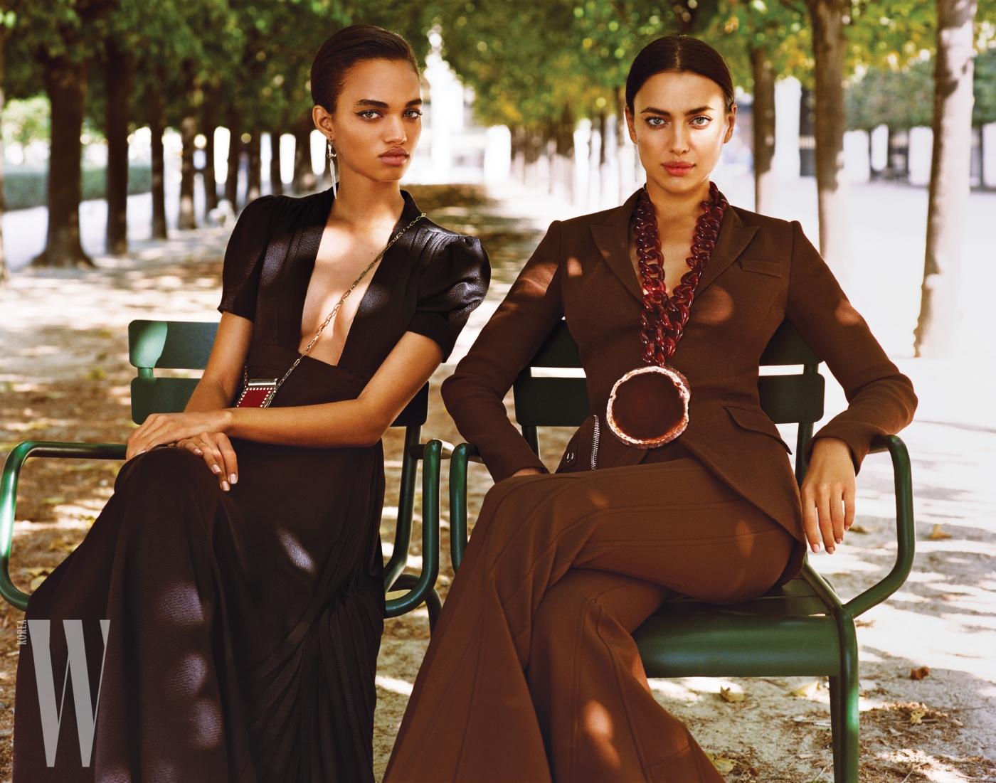왼쪽 모델이 입은 드레스는 Valentino, 립스틱 케이스와 귀고리는 Valentino Garavani 제품. 오른쪽 모델이 입은 브라운 컬러 재킷, 팬츠, 볼드한 목걸이는 모두 Givenchy by Riccardo Tisci 제품.