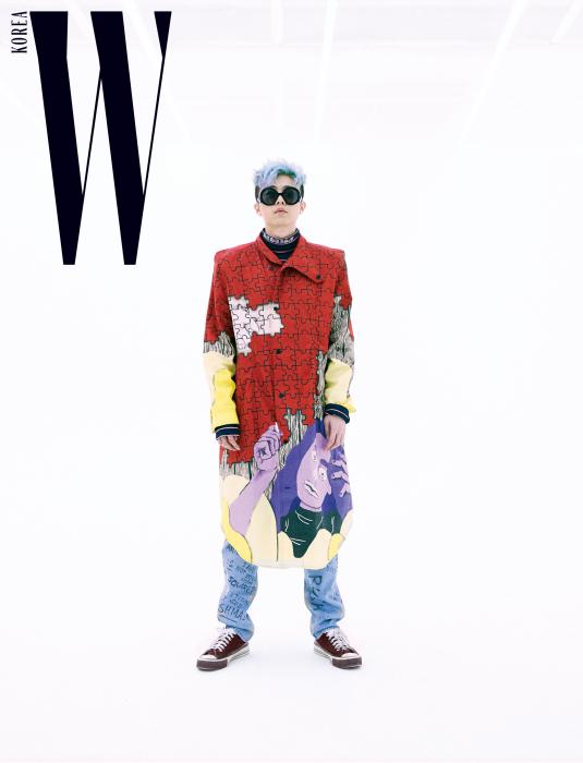 기리보이가 입은 퍼즐 프린트의 코트는 J.W. Anderson by Boon the Shop, 네이비 색상 터틀넥은 Christian Dada by Boon the Shop 제품. 데님, 슈즈, 선글라스는 본인소장품.