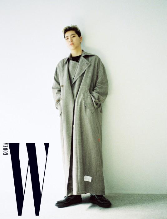오션검이 입은 클래식한 체크 패턴 롱 코트는 87mm, 슈즈는 George Cox by Hide Store 제품. 안에 입은 티셔츠와 네크리스는 본인 소장품.