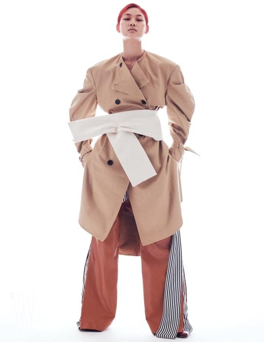 모던하게 변형된 오버 사이즈 트렌치코트, 조형적인 터치를 더한 햐얀색 벨트, 줄무늬 천으로 포인트를 준 가죽 팬츠, 슈즈는 모두 YHC 제품.