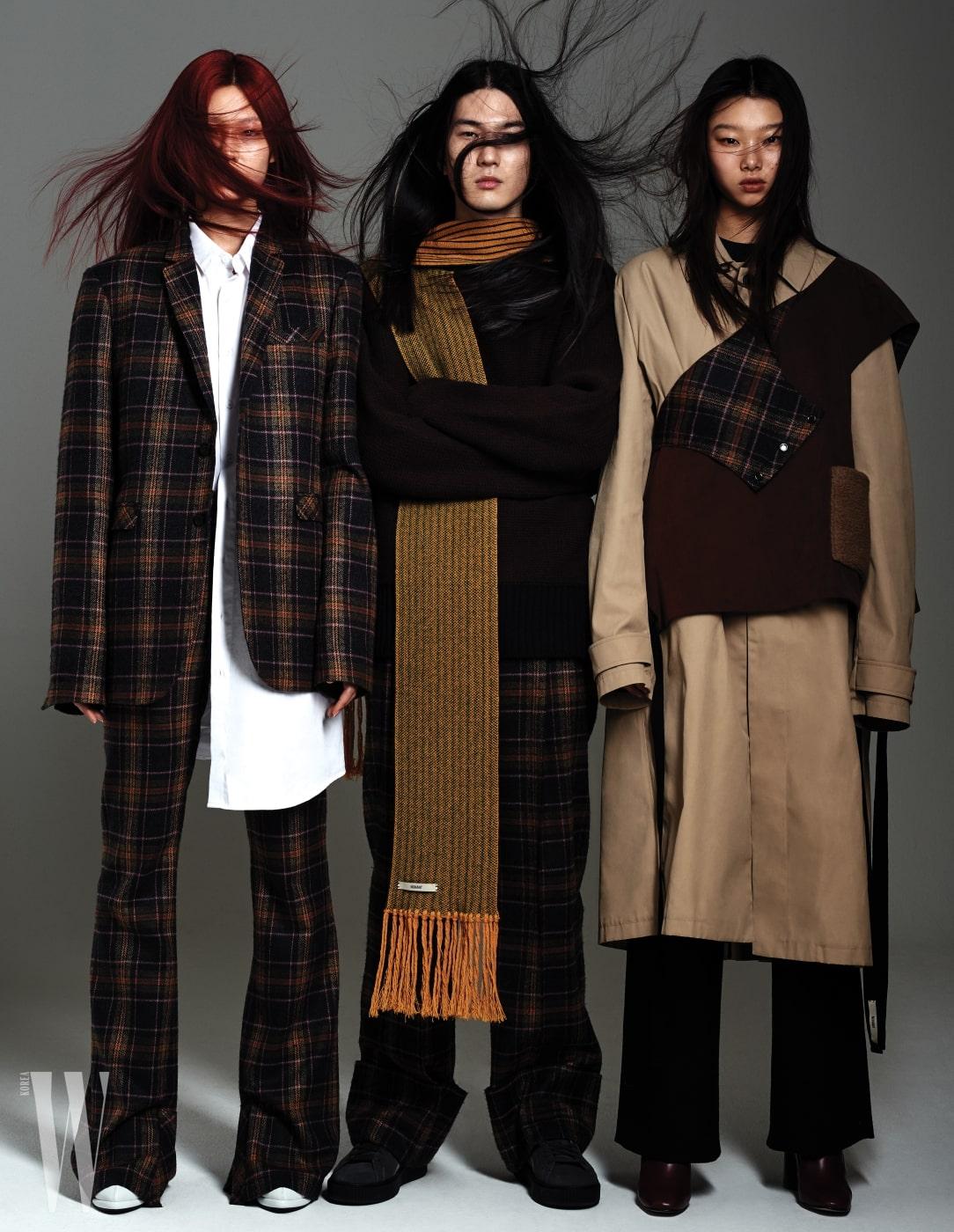 정호연이 입은 체크무늬 재킷과 팬츠, 안에 입은 오버사이즈 셔츠, 성하균이 입은 갈색 니트, 줄무늬 머플러, 체크무늬 팬츠, 배윤영이 입은 오버사이즈 트렌치코트, 갈색 베스트, 카키색 팬츠는 모두 Nohant 제품.